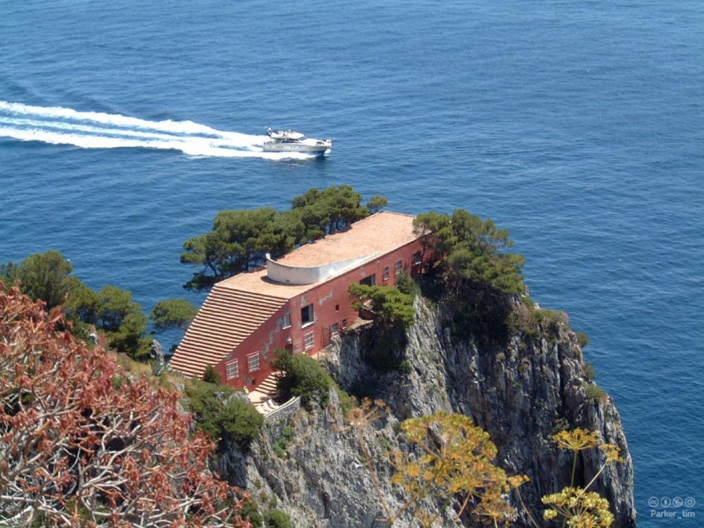 Archidiap casa malaparte for Villa curzio malaparte